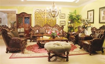西南桦木制成的精美布艺沙发稳坐于客厅正中