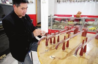--> 见习记者 陈欢/文 宋佳骐/摄 今年48岁的徐汉秋,擅长民族乐器的制作及笛子、二胡演奏和教学,尤其擅长婺剧伴奏乐器(如板胡、笛子、先锋等)的制作和演奏教学。他开设了新世纪琴行及艺术培训中心,在婺剧乐器的规格、音色的统一定性等技术性问题上做了许多工作。近年来,在婺城区文化村创建过程中,经常下乡送培训送辅导,组织专人到全区10多个乡镇辅导农民演奏乐器300多场次,培训农民近千人次。