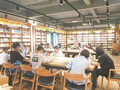 """负责人李高高介绍,书店成为""""网红""""后,很多人来此拍照,闲聊,买的书也多"""